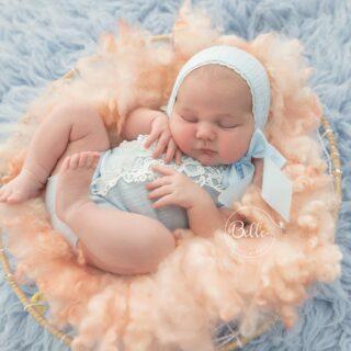 Shhhh la princesa duerme. Que os parecen los mofletones de Amaia? No puede ser más achuchable! Vuestros peques nacieron mofletudos? De mis dos niñas, la mayor no era demasiado mofletuda, pero la enana era un moflete andante! 🤣. Os leo!